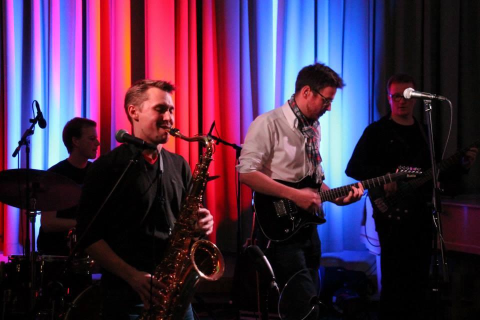 Sunday Morning präsentieren funky Saxophon-Pop im Filou