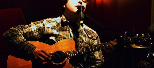 Troy Fais aus Leeds, UK, bringt Folk mit Banko und Gitarre ins Filou Steinhude