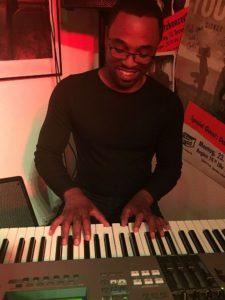 Pianist James Simpson begleitet Leo Will live im Filou Steinhude