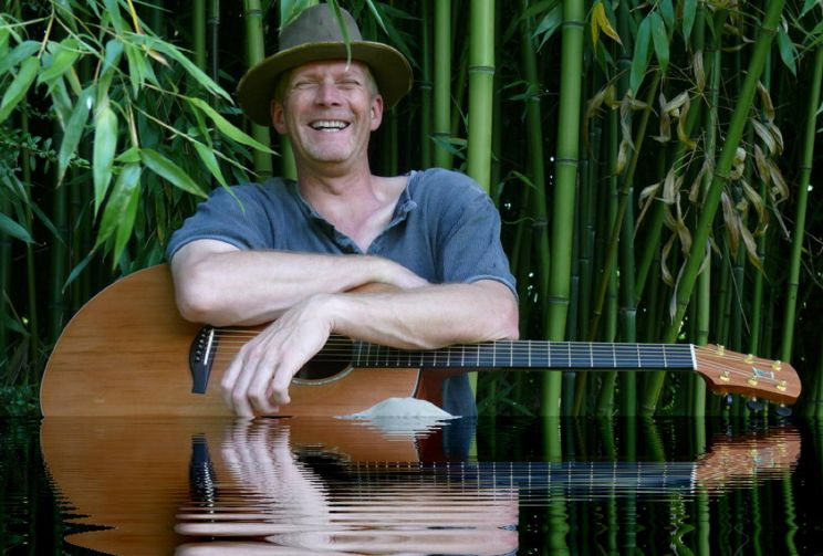 Sänger und Songschreiber Robby Ballhause aus Hannover singt im Filou Steinhude