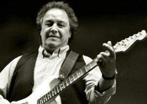 Der britische Musiker Steve Simpson tritt im Filou Steinhude auf