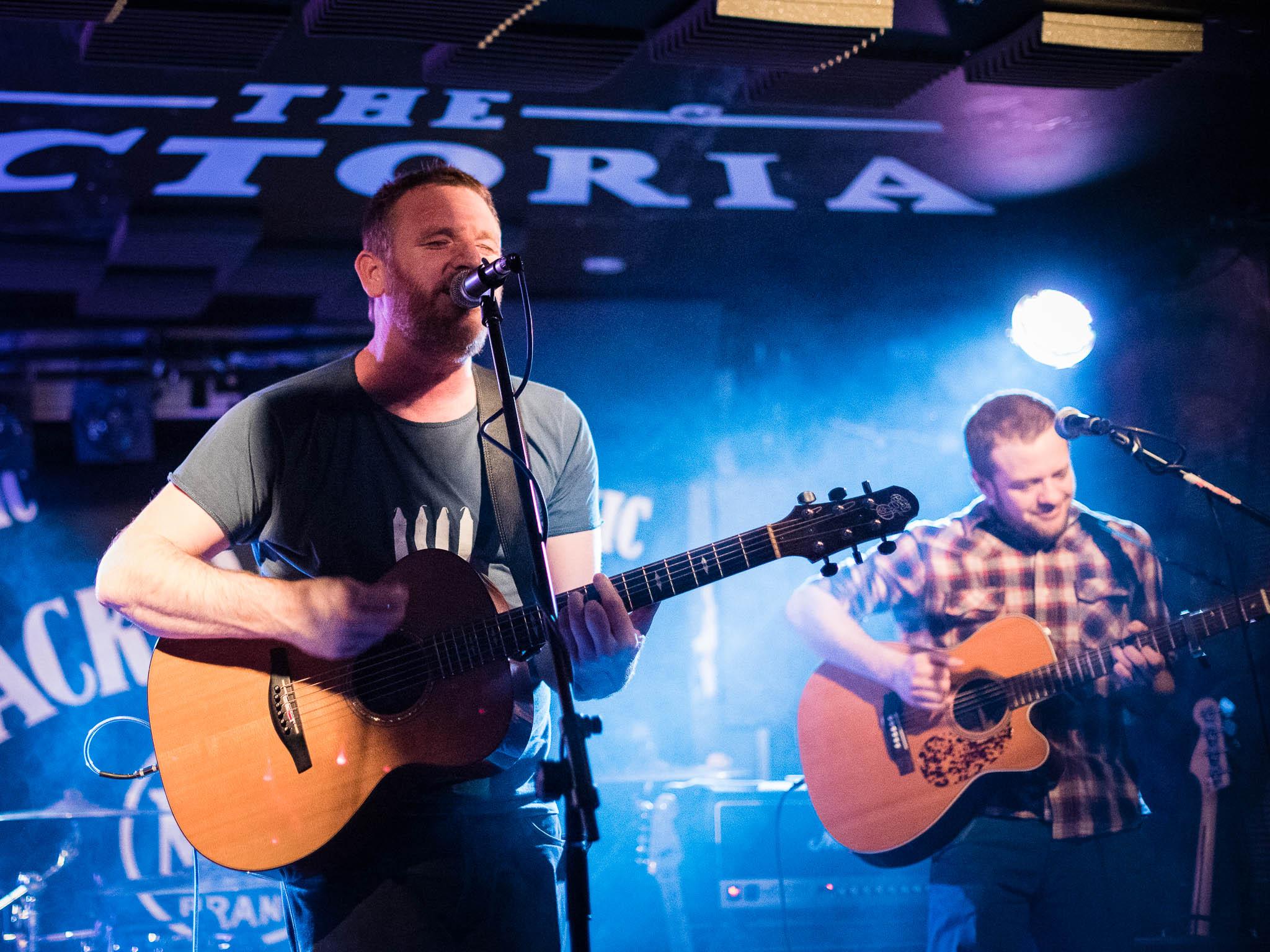 Die englischen Folkmusiker Chris Webb unsd Nick Parker spielen gemeinsam im Filou Steinhude